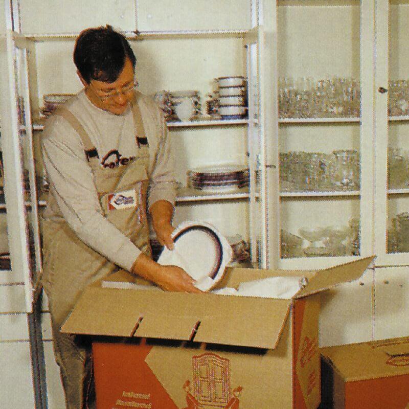 Umzugshelfer packen Geschirr ein